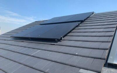 Instalación de placas solares sobre tejado negro: la elegancia 'black'
